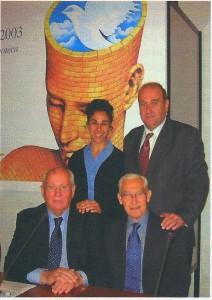 Assieme a Michail Gorbaciov la delegazione IPPNW al IV Summit dei Premi Nobel per la Pace (Roma, 28 novembre 2003). A fianco, in prima fila, Ronald McCoy, presidente mondiale di IPPNW. Alle sue spalle, Michele Di Paolantonio e una giovane rappresentante dell'organizzazione.