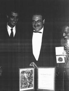 Il dott. Michele Di Paolantonio ad Oslo, il 10 dicembre 1985, con la pergamena e la medaglia d'oro del Premio Nobel per la Pace