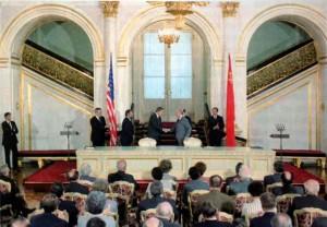 Reagan e Gorbaciov alla firma del trattato INF